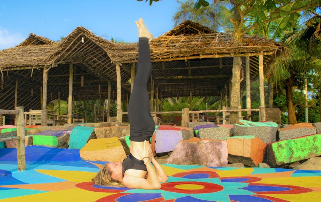 decouverte-du-hatha-yoga-en-Inde-bienfaits-relaxation-posture-sarvangasana-chandelle-pose-colonne-vertebrale