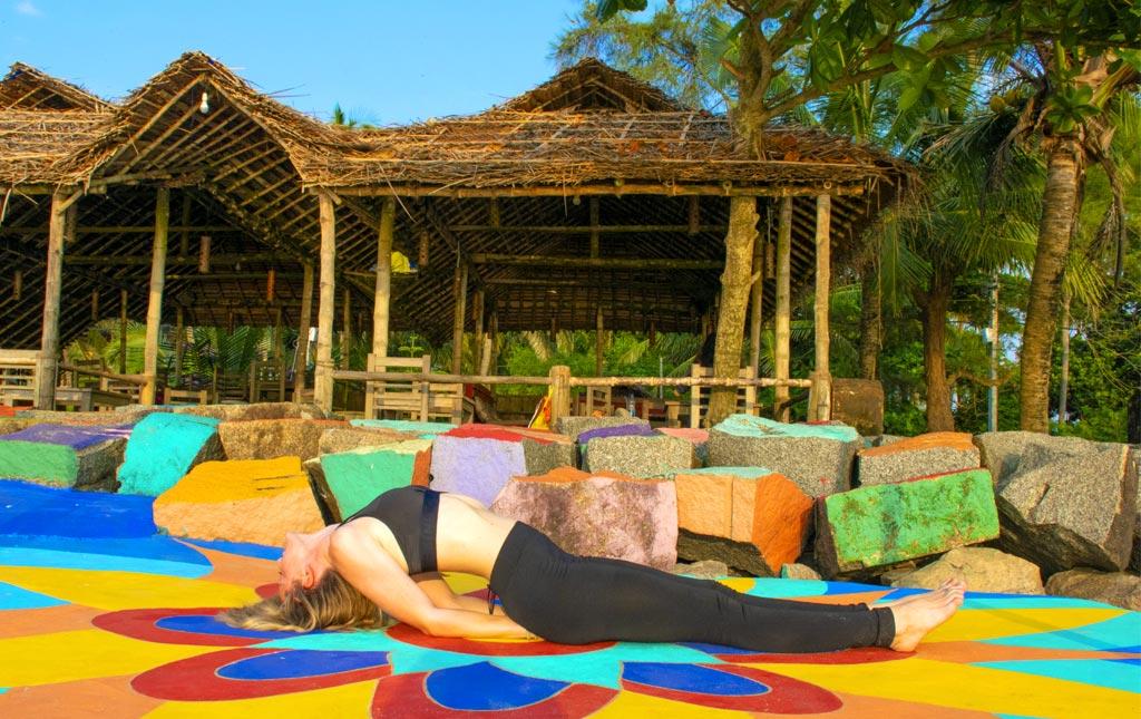 decouverte-hatha-yoga-et-asana-relaxation-fishpose-inde-etirement-colone-vertebrale-matsyasana-bienfaits-souplesse