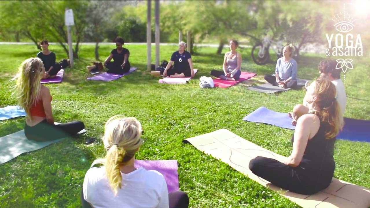 cours de yoga collectif dans l'herbe à Sète avec le studio yoga et asana à Sète